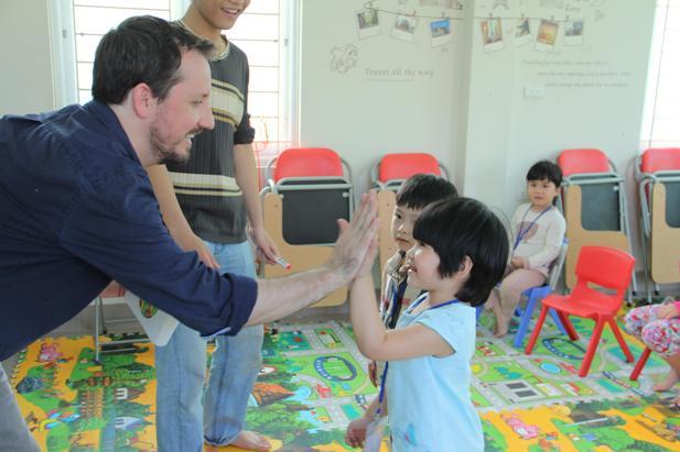 Thầy Taylor tiếng Anh trẻ em qua vận động và trò chơi